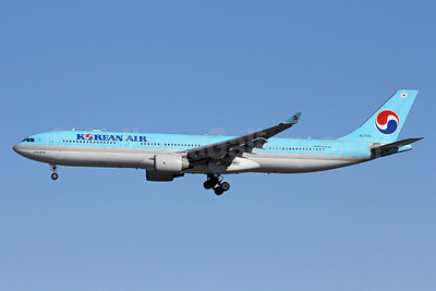 Korean Air Airbus A330-323X HL7720 (msn 550) NRT (Michael B. Ing). Image: 908841.