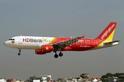 VietJetAir (VietJetAir.com) Airbus A320-214 VN-A688 (msn 2712) (HD Bank) SGN (Duncan Kirk). Image: 911877.