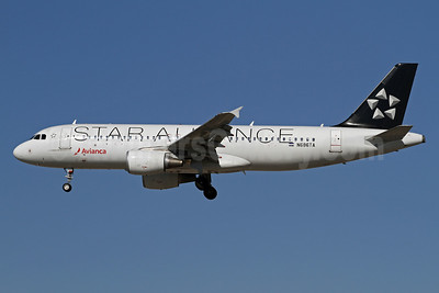 Avianca (El Salvador) Airbus A320-214 N686TA (msn 5238) (Star Alliance) LAX (James Helbock). Image: 921217.