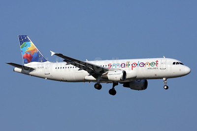 Small Planet Airlines (SmartLynx Airlines) (Lithuania) Airbus A320-211 YL-LCE (msn 311) AYT (Andi Hiltl). Image: 910956.