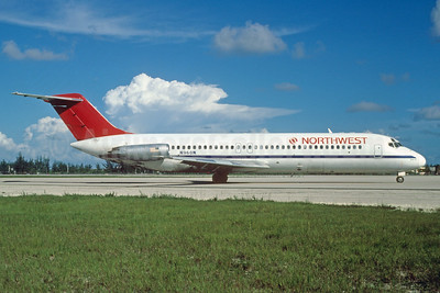 Northwest Airlines McDonnell Douglas DC-9-31 N960N (msn 47256) (Republic Airlines blue stripe) MIA (Keith Armes). Image: 932280.