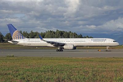 Continental Airlines Boeing 757-33N WL N57862 (msn 32586) ANC (Michael B. Ing). Image: 912257.