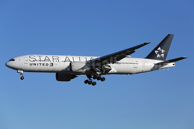 United Airlines Boeing 777-224 ER N76021 (msn 39776) (Star Alliance) LAX (James Helbock). Image: 910869.