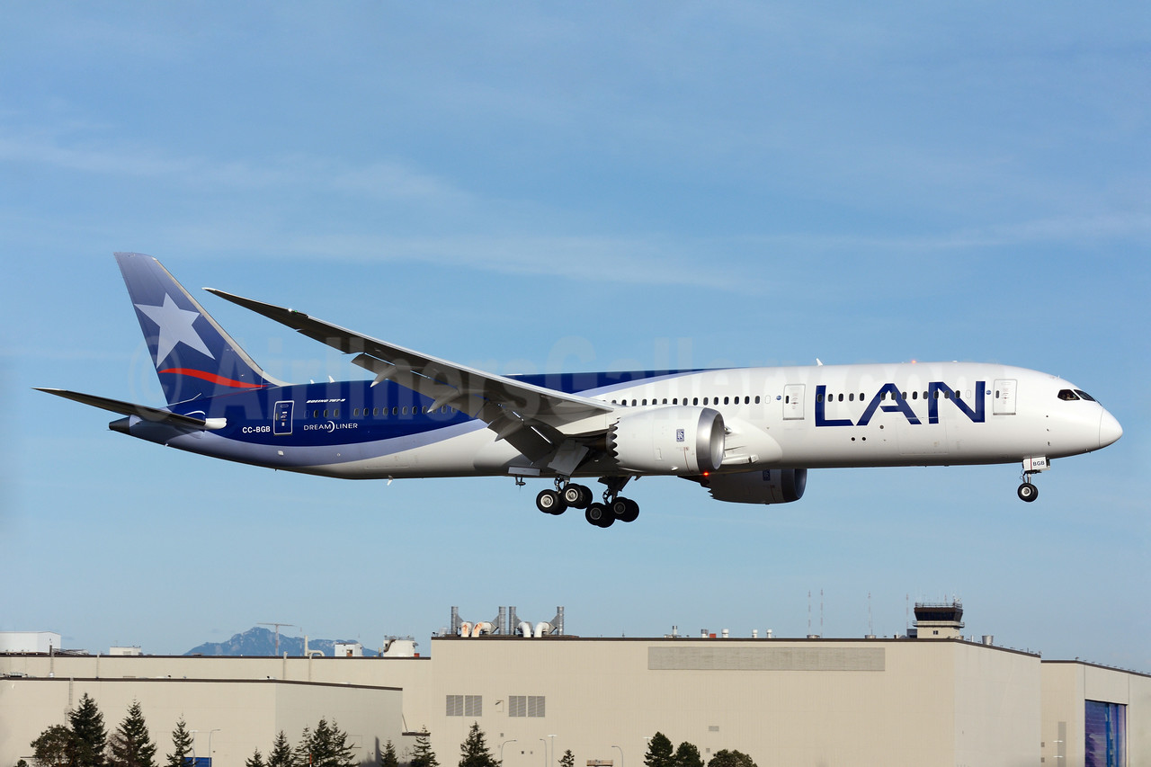 LAN's second new stretched Boeing 787-9