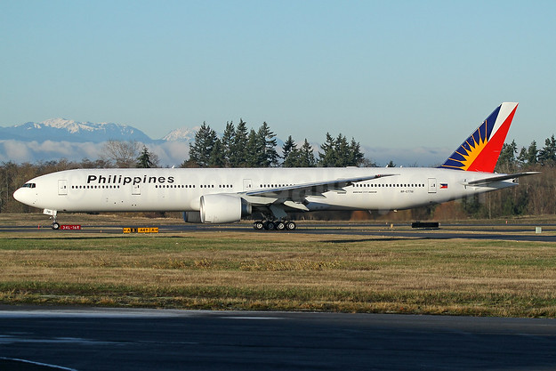 Philippines (Philippine Airlines) Boeing 777-300 ER RP-C7781 (msn 61733) PAE (Nick Dean). Image: 940203.