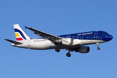 Air Moldova Airbus A320-211 ER-AXV (msn 622) STN (Paul Ferry). Image: 928555.