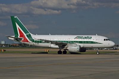 Alitalia (3rd) (Societa Aerea Italiana) Airbus A319-111 EI-IMN (msn 4764) LHR. Image: 928746.