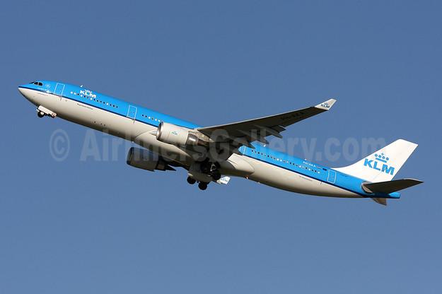 KLM Royal Dutch Airlines Airbus A330-303 PH-AKA (msn 1287) IAD (Brian McDonough). Image: 908520.