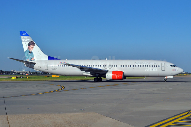 Scandinavian Airlines-SAS Boeing 737-883 LN-RCY (msn 28324) (Norwegian Most Punctual Person) LHR (Dave Glendinning). Image: 908661.