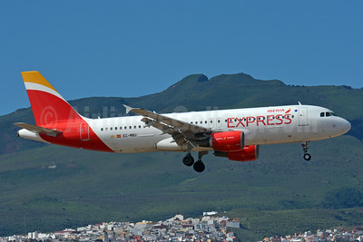 Iberia Express Airbus A320-214 EC-MBU (msn 1198) LPA (Paul Bannwarth). Image: 929042.