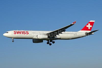 Swiss International Air Lines Airbus A330-343 HB-JHC (msn 1029) ZRH (Paul Bannwarth). Image: 929103.