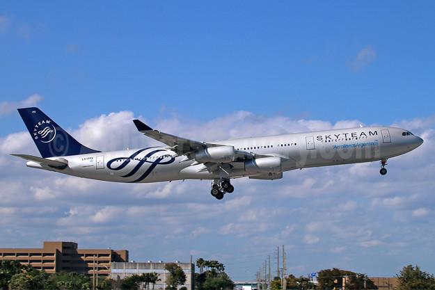 Aerolineas Argentinas Airbus A340-313 LV-FPV (msn 193) (SkyTeam) MIA (Ariel Shocron). Image: 922449.