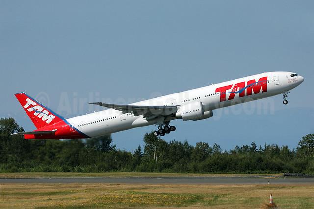 TAM Brasil (TAM Linhas Aereas) Boeing 777-32W ER PT-MUE (msn 38886) PAE (Nick Dean). Image: 909168.