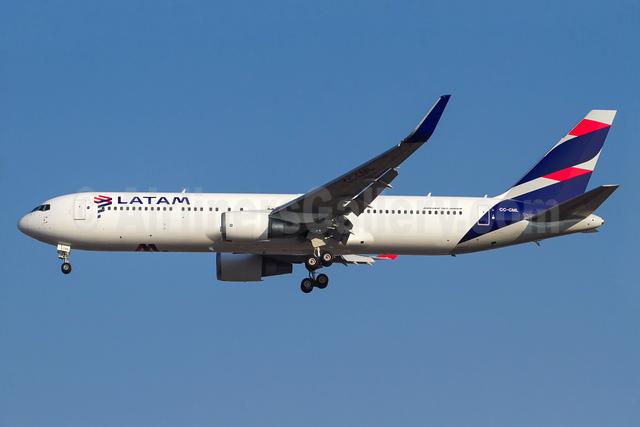 LATAM Airlines (Chile) Boeing 767-3Q8 ER WL CC-CML (msn 28206) GRU (Rodrigo Cozzato). Image: 933899.