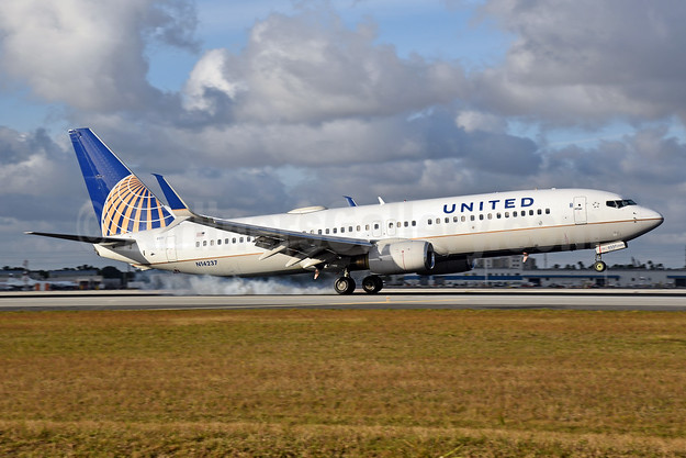 United Airlines Boeing 737-824 SSWL N14237 (msn 28802) MIA (Bruce Drum). Image: 104659.