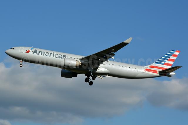 American Airlines Airbus A330-323 N275AY (msn 370) CLT (Jay Selman). Image: 403038.