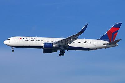 Delta Air Lines Boeing 767-332 ER WL N1613B (msn 32776) LAX (Michael B. Ing). Image: 928831.