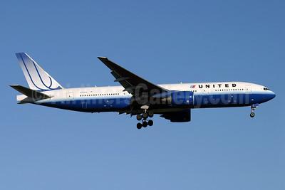 United Airlines Boeing 777-222 N769UA (msn 26921) LHR (Antony J. Best). Image: 929606.