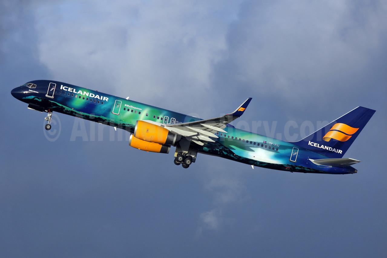 """Icelandair's """"Northern Lights"""" special logo jet"""